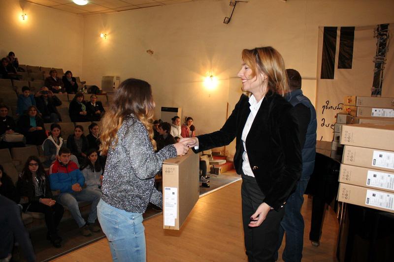 В Грузии поощряют учеников-отличников