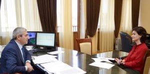 Министр транспорта, связи и ИТ Армении Ваан Мартиросян беседует с журналисткой DR Яной Исраэлян