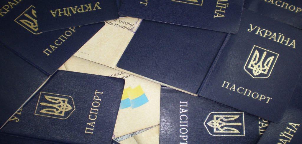 Премьер-министр Украины уточнил сроки выдачи ID-карт