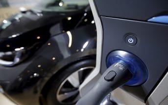 В Дубае для электроавтомобилей сделают бесплатными парковки и подзарядки